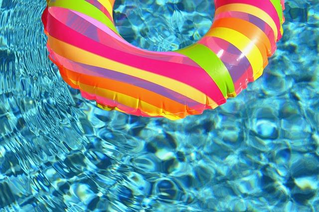 Do bazénu patří hračky pro radost