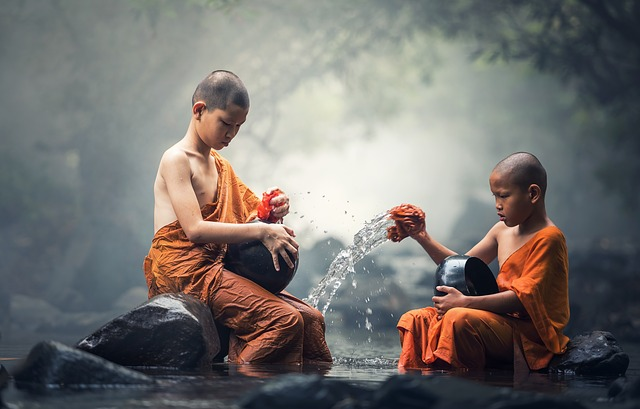 mladí budhové u vody