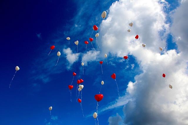obloha nad balonky