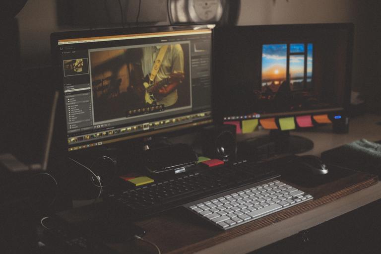 dva monitory.jpg